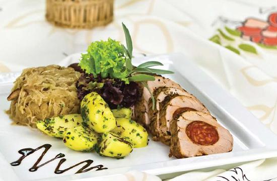 Római tálban sült, kolbásszal fűzött karaj recept